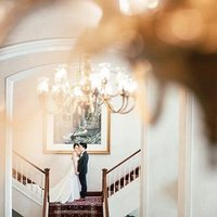 Nothing says once-in-a-lifetime like a wedding at an iconic hotel. 📷: @cliffchoongphotography